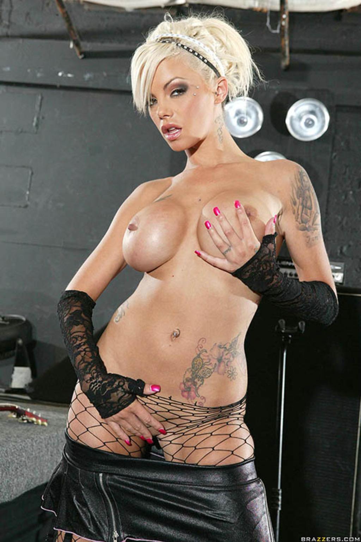porno-blondinka-s-tatuirovkami